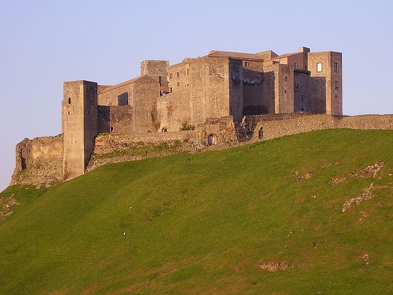 800px-Castello_di_melfi1