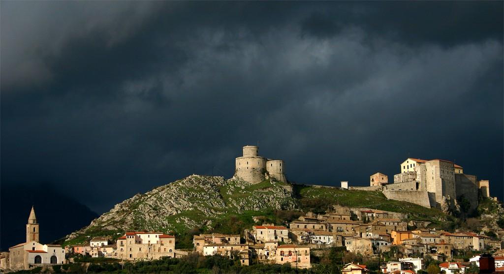 Profilo_centro_storico_di_montesarchio_(lato_vetere)_con_castello_e_torre